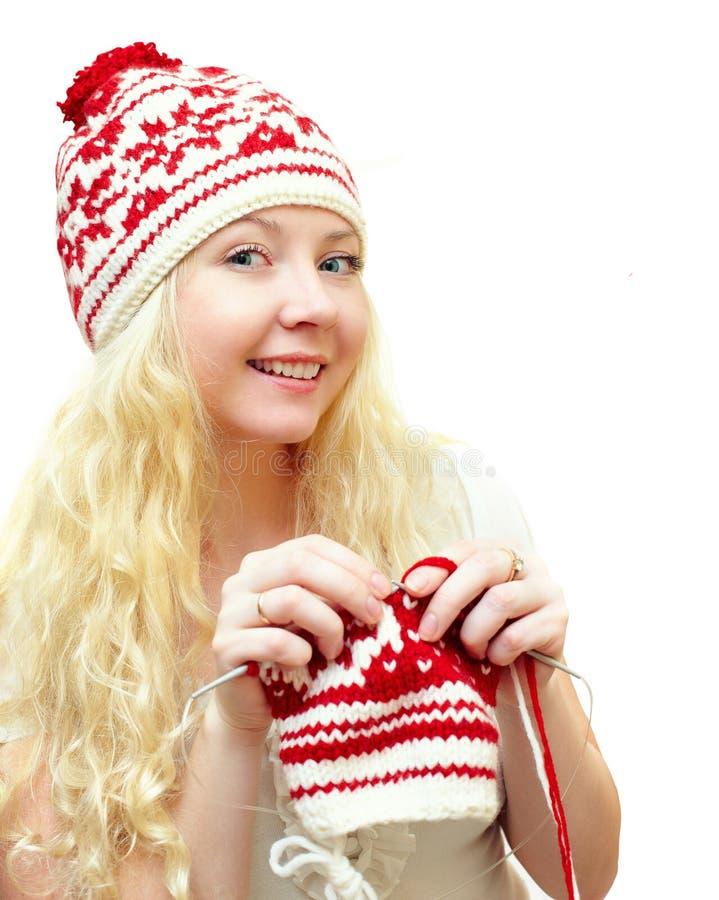 冬天盖帽编织的模式的微笑的妇女 免版税库存图片