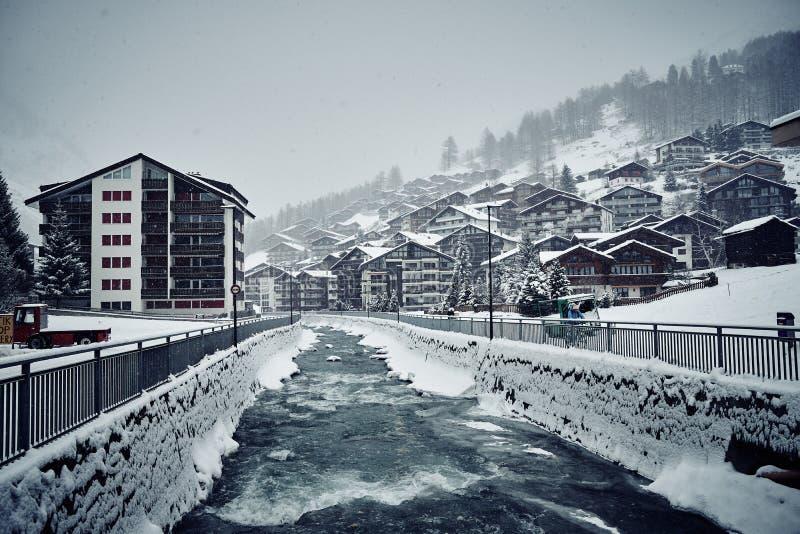 冬天策马特房子和河 免版税库存图片