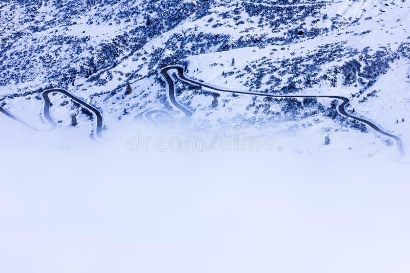 冬天簪子近轮路对Passo Giau,Minimalistic,Dolom 免版税库存图片
