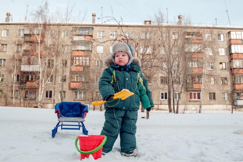 冬天衣服水滴雪的两岁的男孩 库存照片