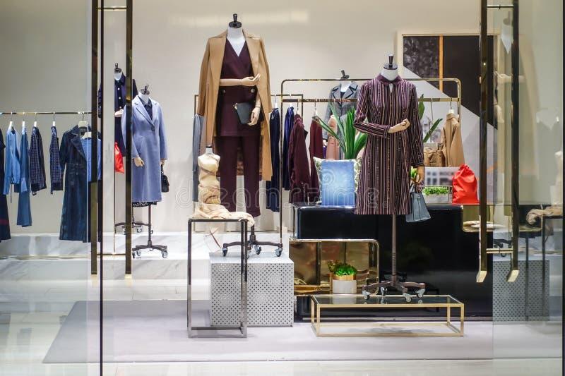 冬天衣物商店室内前面 免版税库存照片