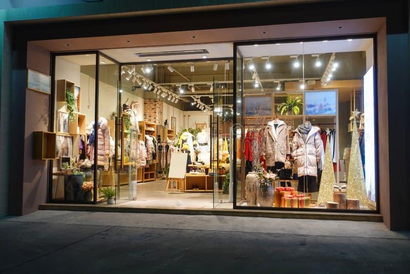 冬天衣物商店窗口前面 库存照片