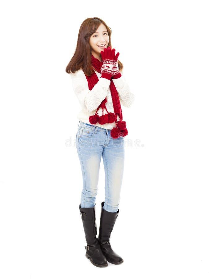 冬天衣裳和认为的愉快的年轻美丽的妇女 免版税库存照片