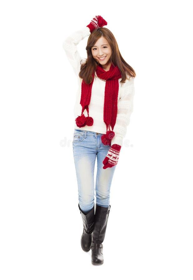 冬天衣裳的愉快的年轻美丽的妇女 库存图片