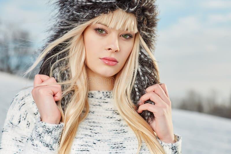 冬天衣裳的美丽的金发女孩 图库摄影