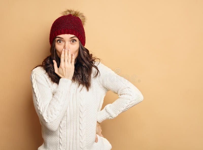 冬天衣裳的年轻美丽的妇女惊奇 免版税库存照片