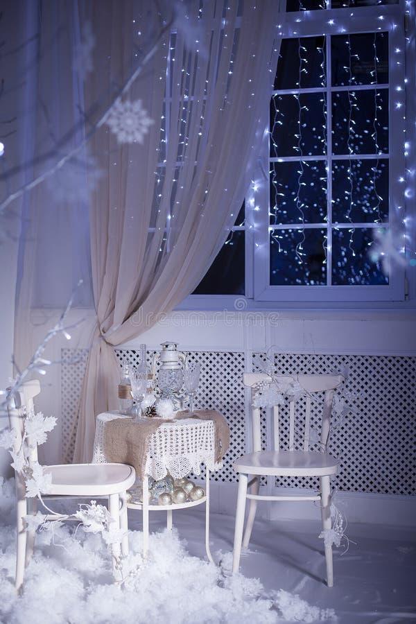 冬天装饰 浪漫晚餐的表两的 库存照片