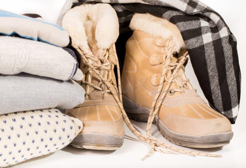 冬天起动、堆毛线衣和围巾 库存照片