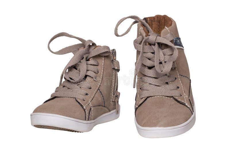 冬天起动和鞋子 在白色背景隔绝的一个对褐色绒面革冬天起动 皮鞋时尚新的汇集冬天 免版税库存图片