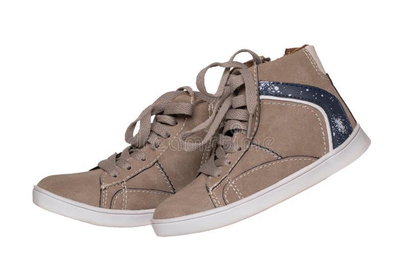 冬天起动和鞋子 在白色背景隔绝的一个对褐色绒面革冬天起动 皮鞋时尚新的汇集冬天 库存图片