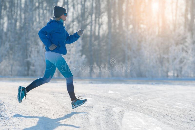 冬天跑步-跑在雪的冬天 一种健康生活方式 库存图片