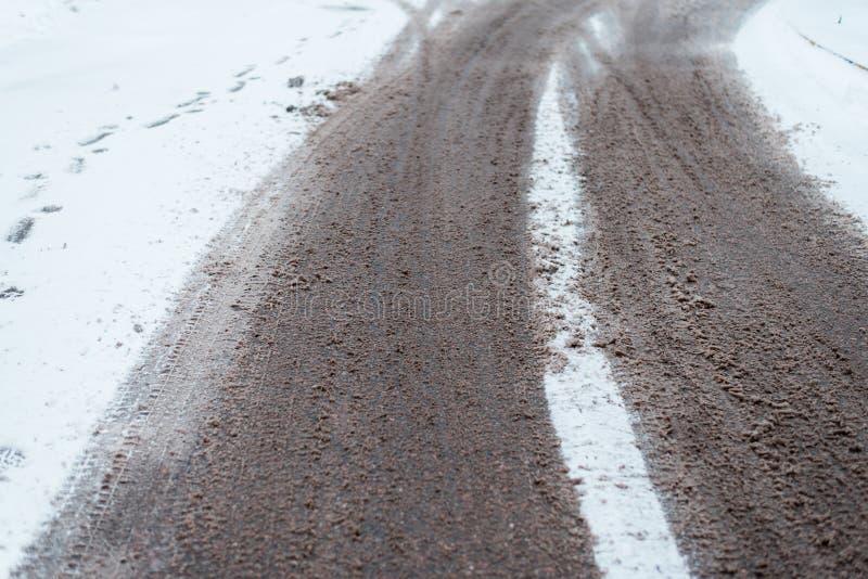 冬天轮子路踪影在雪的 在汽车和卡车轮子自然踪影的城市之外在雪 免版税库存图片