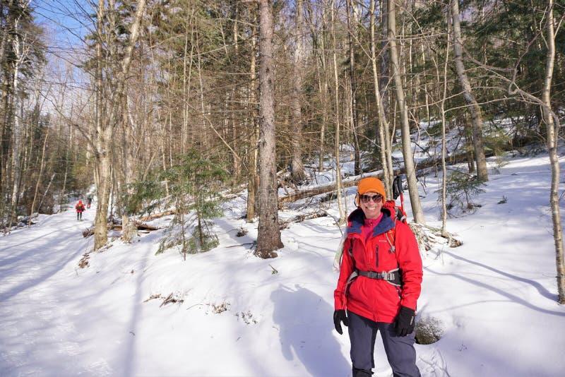 冬天远足者停留庆祝冬天阳光的inbitter寒冷 免版税图库摄影