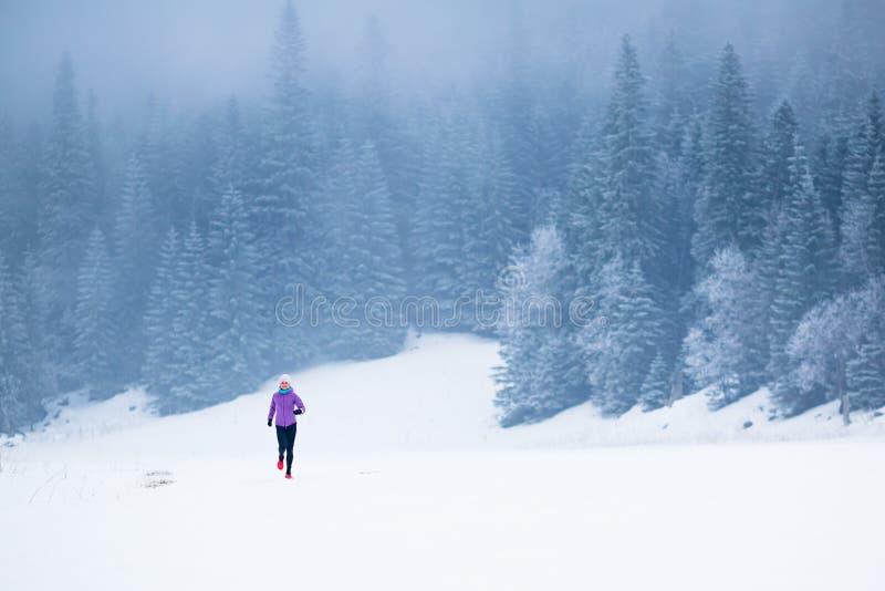 冬天连续妇女、跑步的启发和刺激 库存图片