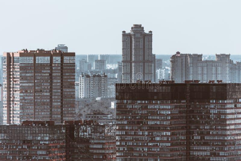 冬天都市风景徒升射击与许多高房子的 免版税库存照片