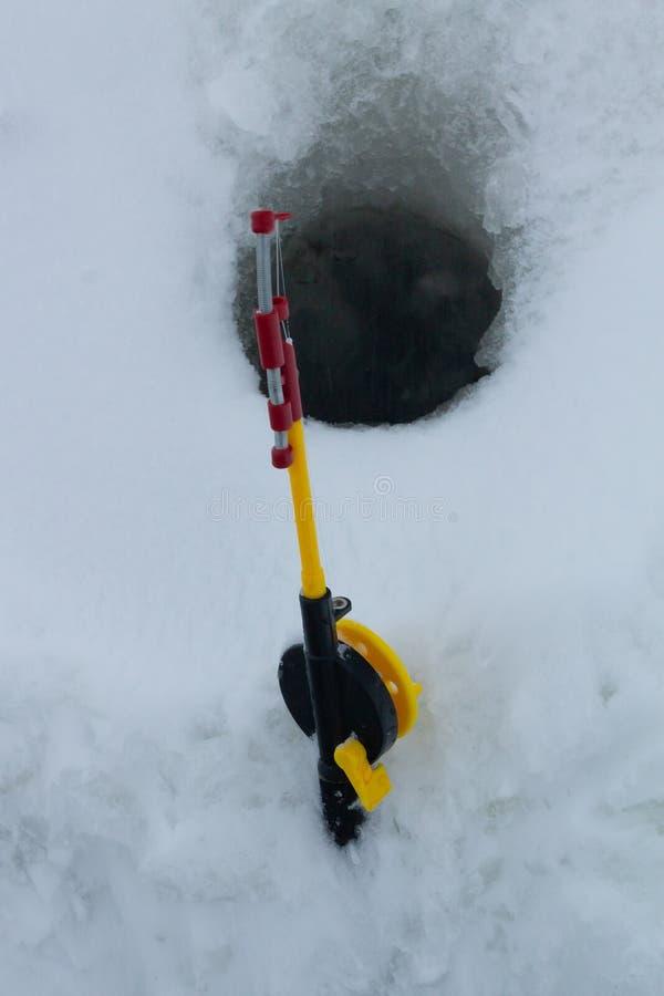 冬天钓鱼的黄色标尺 免版税库存图片