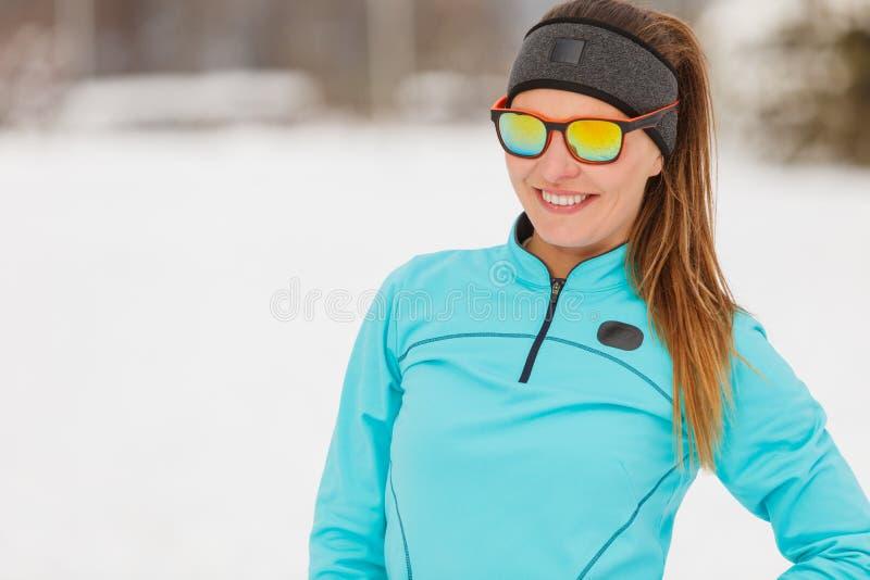 冬天锻炼 女孩佩带的运动服和太阳镜 库存图片