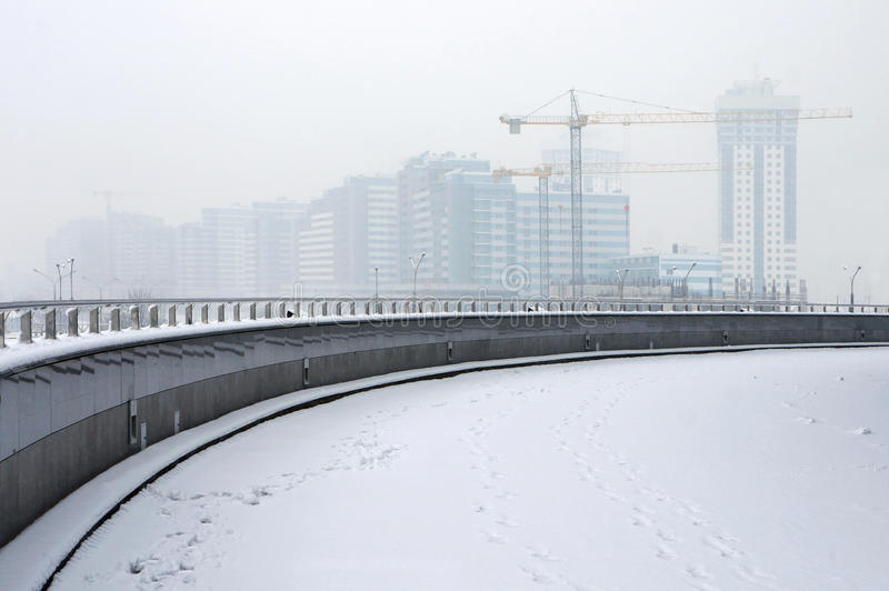 冬天雾的建造场所 库存图片