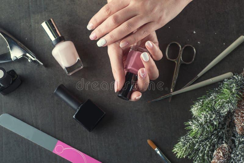 冬天题材钉子设计并且修剪,为修指甲的仪器与针 免版税库存图片