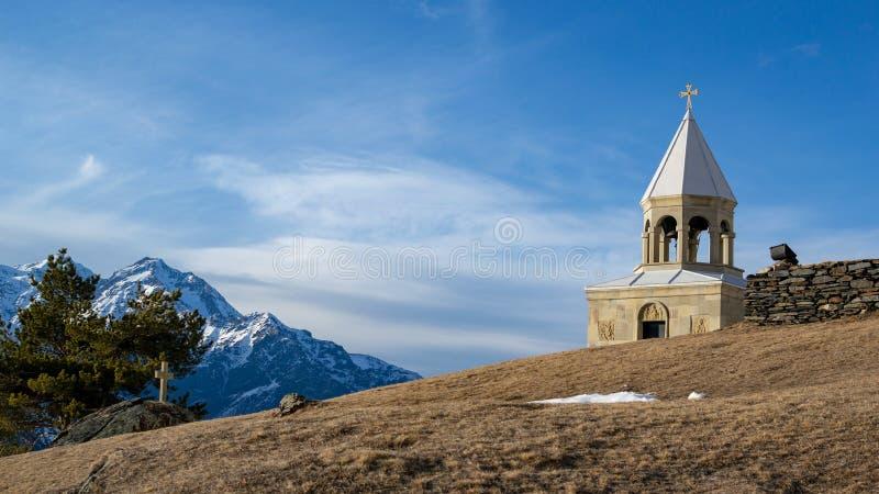 冬天风景在卡兹别吉:St伊利亚东正教 免版税库存照片