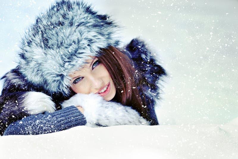 冬天风景的妇女 免版税库存照片