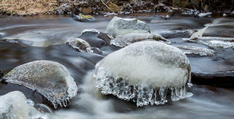 冬天风景,在石头的冰 免版税库存图片