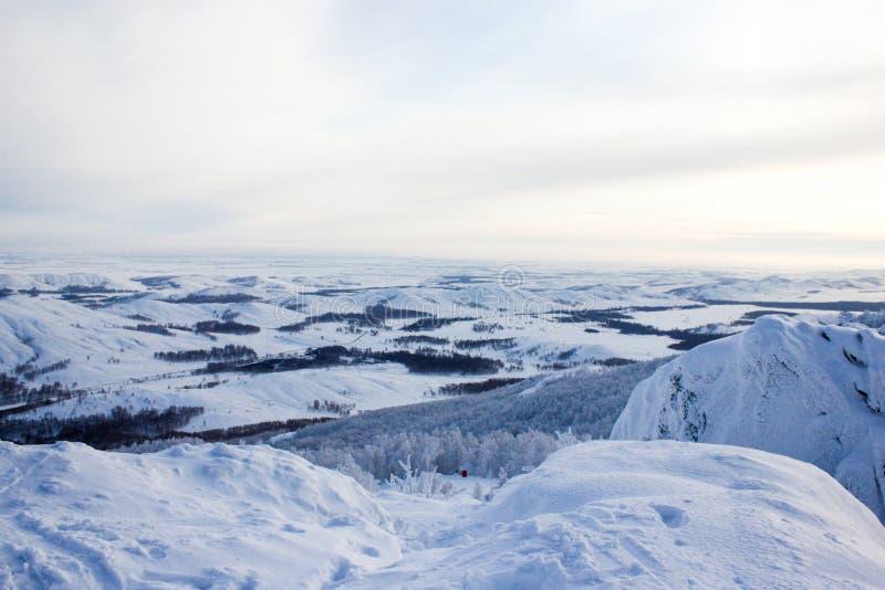 冬天风景,多雪的乌拉尔山脉在多云天,俄罗斯 库存照片