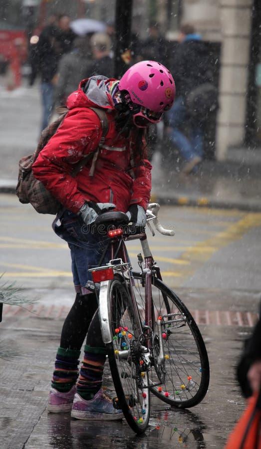 冬天骑自行车者 免版税库存照片