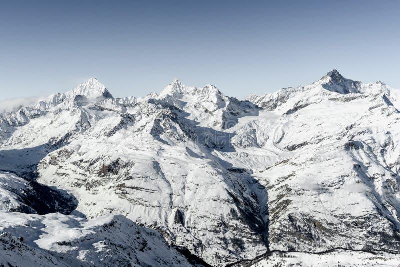 冬天高山山惊人视图在晴朗的明亮的天环境美化在瑞士 图库摄影
