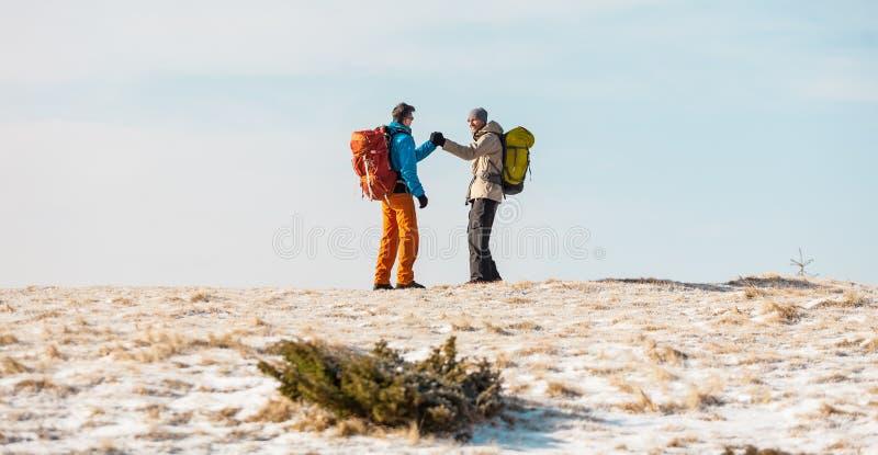 冬天高涨的两个人 免版税库存照片