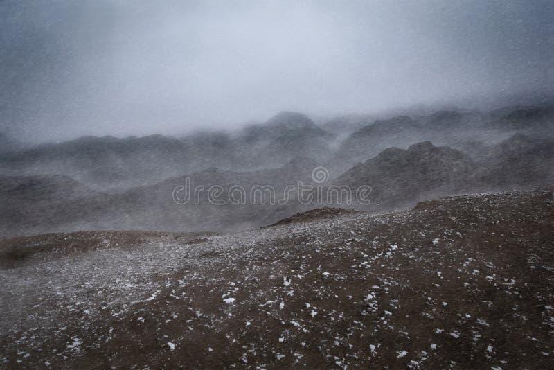冬天,暴风雪风景击中山脉 免版税库存图片
