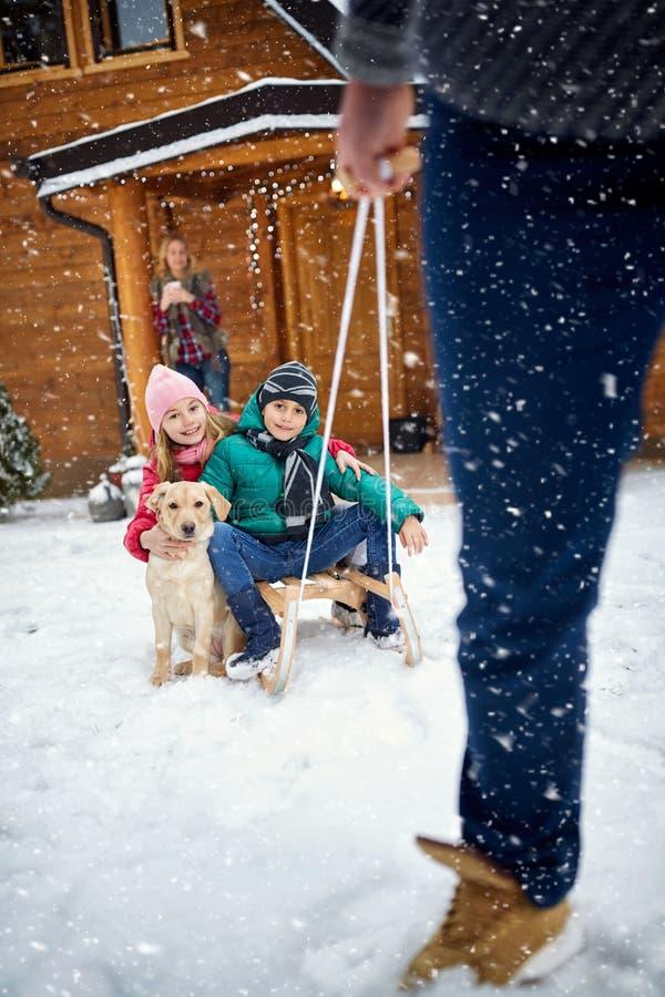 冬天,雪,家庭sledding在冬时 免版税图库摄影