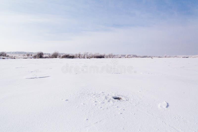 冬天结冰的湖 免版税库存图片