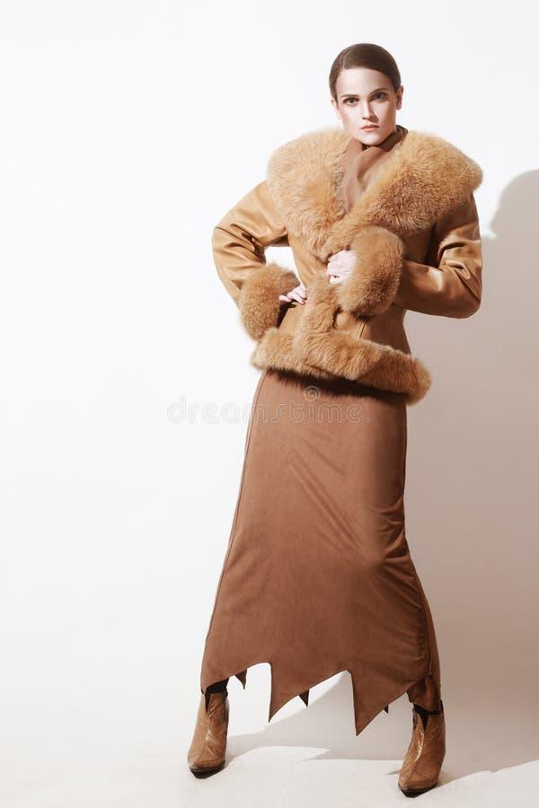 冬天给时尚外套皮夹克穿衣 免版税库存照片