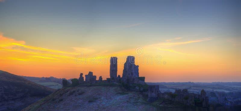 冬天黎明前全景在城堡废墟的风景日出 库存图片