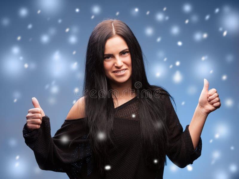 冬天-显示赞许的美丽的妇女 免版税库存照片
