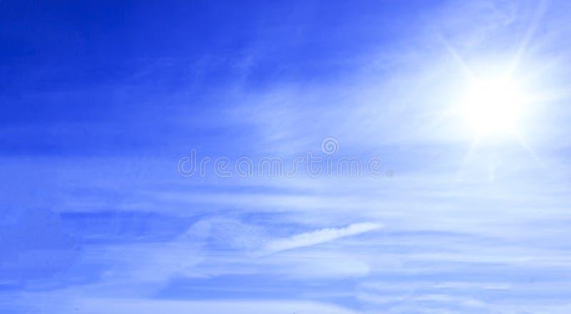 冬天 晴朗的日 背景覆盖天空 免版税图库摄影