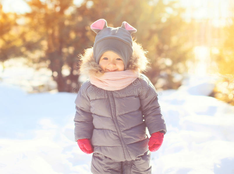 冬天画象愉快微笑的小孩使用 免版税库存图片