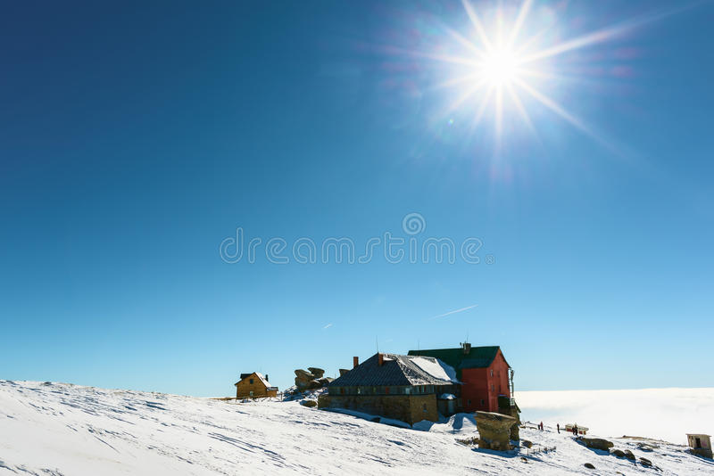 冬天滑雪瑞士山中的牧人小屋 图库摄影