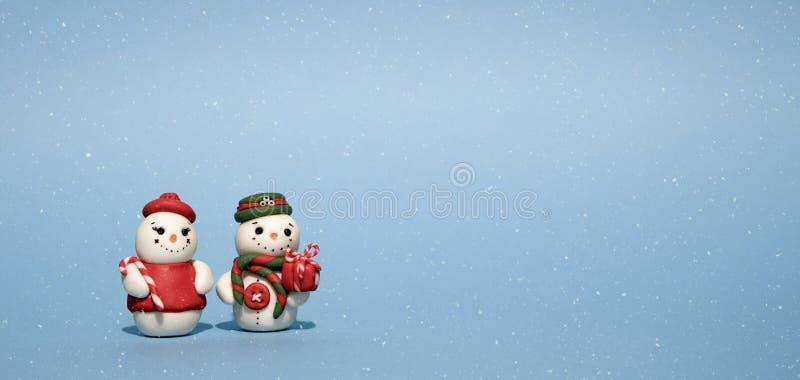 冬季假日背景:雪人、礼品、雪和雪花 免版税图库摄影