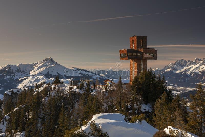 冬季日落时,带观景点和观光点Jakobskreuz的Wilder Kaiser山崖Buchensteinwand 库存照片