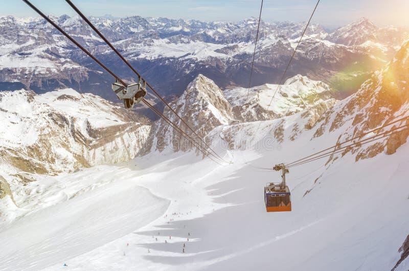 冬季滑雪胜地上方美丽山景中缆车 免版税图库摄影