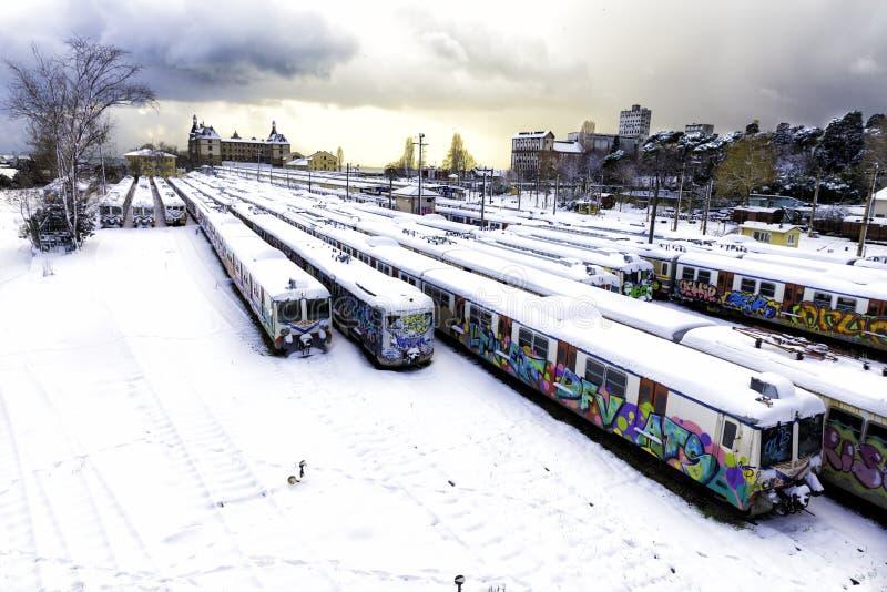 冬日未使用的老街道画在废弃的线在Haydarpasa火车站训练在Kadikoy附近 免版税图库摄影