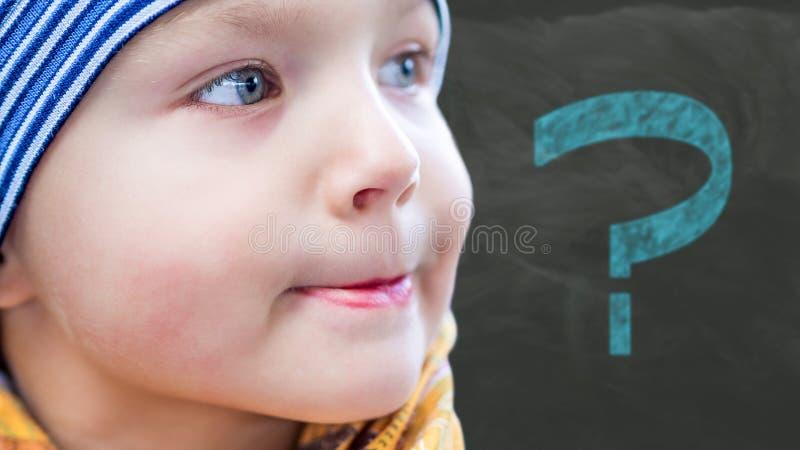 冬时的年轻男孩与被弄脏的问题标志 免版税图库摄影