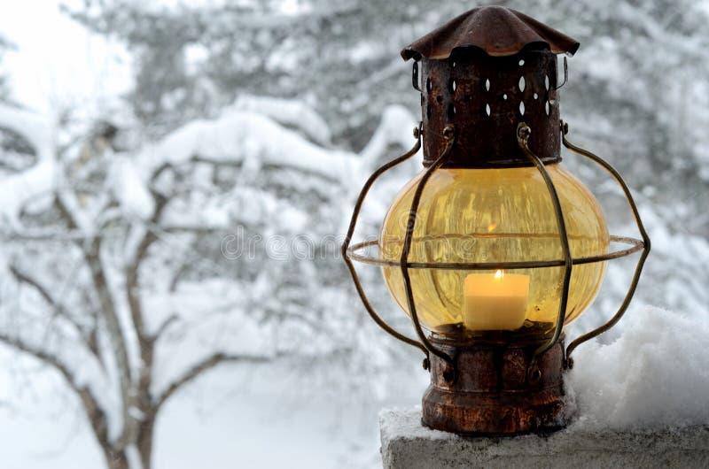 冬景花园的葡萄酒灯笼 免版税图库摄影