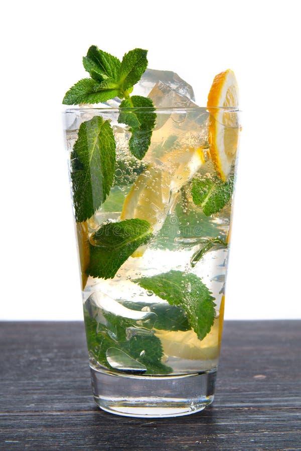 冰、柠檬和在白色背景隔绝的石灰鸡尾酒 库存图片