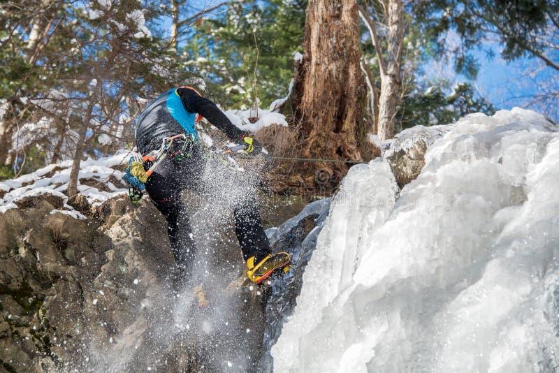 登山人滑倒了,当下降在冻瀑布时