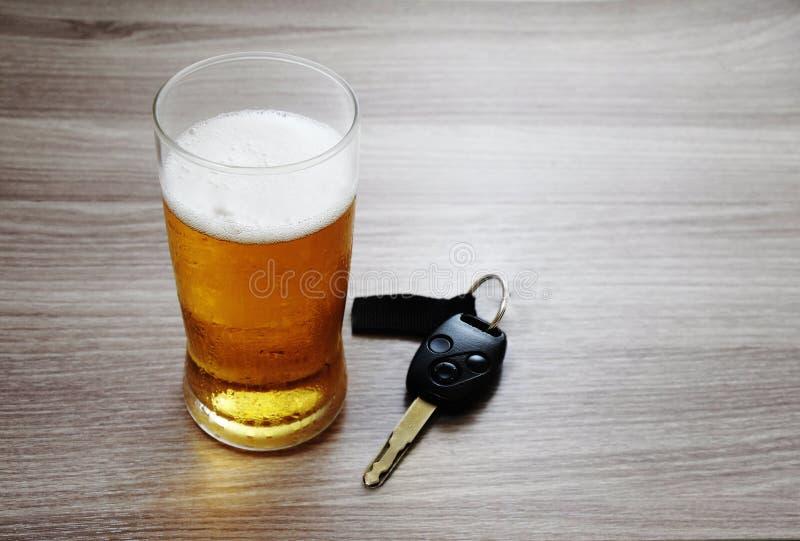 冰冷的啤酒和汽车钥匙玻璃  /Dont饮料和驱动 /Drink 免版税图库摄影