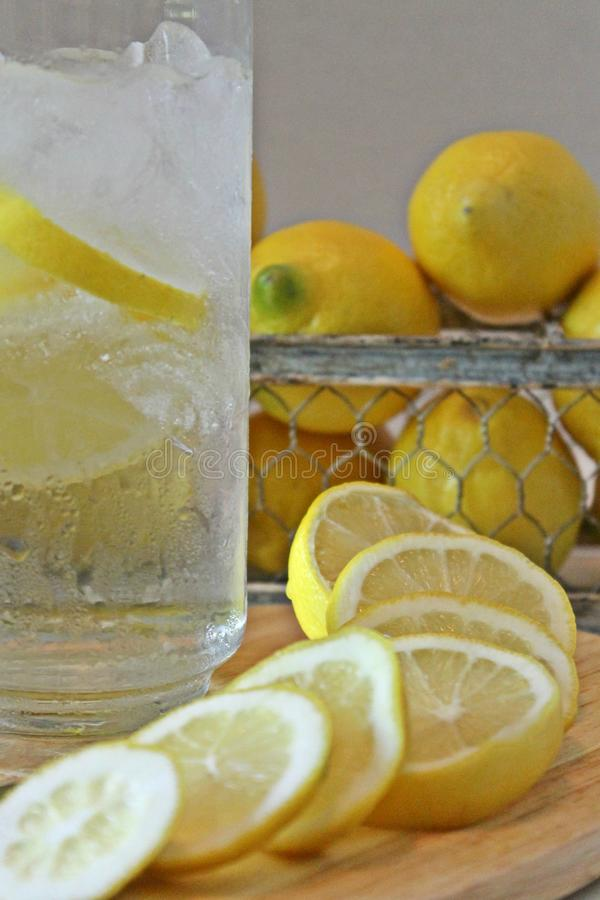 冰冷的杯水用柠檬 库存图片