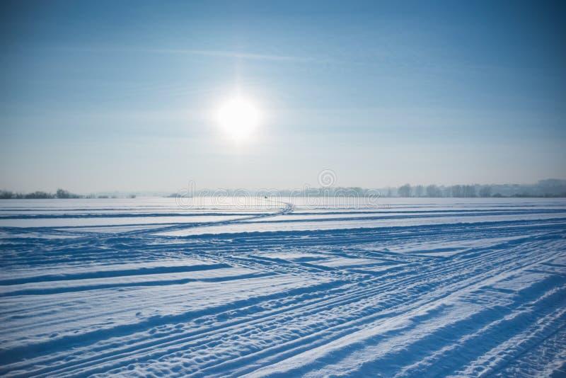 冰冷的沙漠太阳和winter& x27; s天在西伯利亚 免版税库存图片